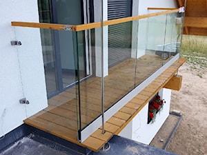Balustrady szklane z drewnianym pochwytem na zewnątrz