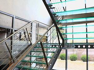 Schody i balustrady szklane w siedzibie firmy