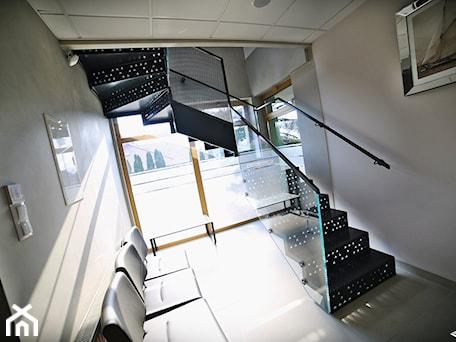 Aranżacje wnętrz - Biuro: Schody z blachy ryflowanej - Biuro, styl nowoczesny - Tierspol producent schodów szklanych i całoszklanych. Przeglądaj, dodawaj i zapisuj najlepsze zdjęcia, pomysły i inspiracje designerskie. W bazie mamy już prawie milion fotografii!