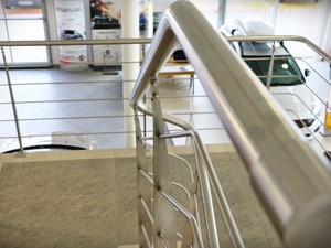 Praktyczne balustrady w salonie samochodowym