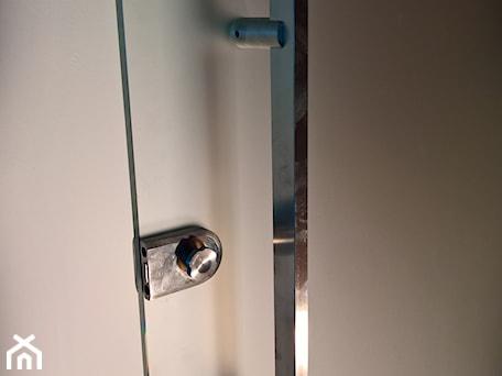 Aranżacje wnętrz - Biuro: Drzwi z systemem samozamykającym - Biuro, styl minimalistyczny - Tierspol producent schodów szklanych i całoszklanych. Przeglądaj, dodawaj i zapisuj najlepsze zdjęcia, pomysły i inspiracje designerskie. W bazie mamy już prawie milion fotografii!