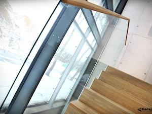 Szklane balustrady w klatce schodowej