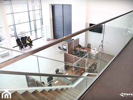 Aranżacje wnętrz - Hol / Przedpokój: Balustrady całoszklane firmy Tierspol - Tierspol producent schodów szklanych i całoszklanych. Przeglądaj, dodawaj i zapisuj najlepsze zdjęcia, pomysły i inspiracje designerskie. W bazie mamy już prawie milion fotografii!