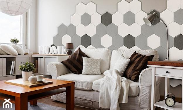 beton architektoniczny w salonie, biała sofa w salonie