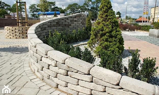 mur oporowy przechodzący w ogrodzenie