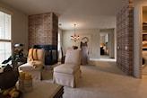 ceglana ściana w salonie