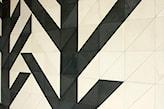 geometryczny wzór z płytek betonowych na ścianie w mieszkaniu