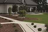 ogród ze ścieżkami z betonowej kostki