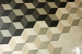 wzór z płytek betonowych na ścianie