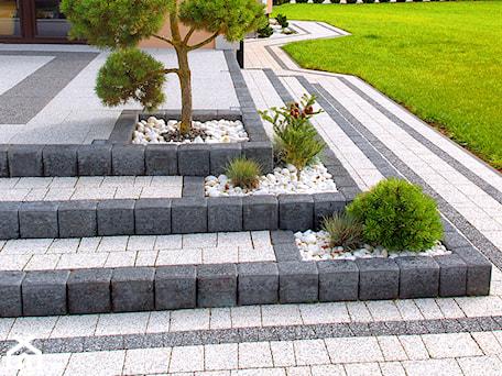 Aranżacje wnętrz - Taras: Jadar Garden - Duży taras z przodu domu, styl tradycyjny - Jadar. Przeglądaj, dodawaj i zapisuj najlepsze zdjęcia, pomysły i inspiracje designerskie. W bazie mamy już prawie milion fotografii!