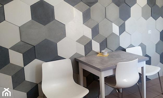 beton architektoniczny w jadalni, białe krzesła