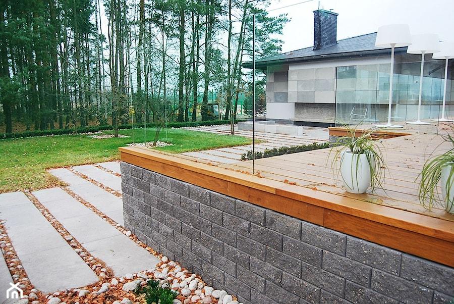Jadar Garden - Średni taras z tyłu domu, styl nowoczesny - zdjęcie od Jadar