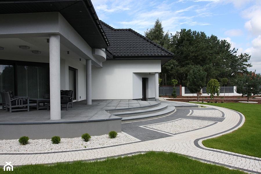 Jadar Garden - Duży taras z tyłu domu, styl nowoczesny - zdjęcie od Jadar