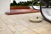 beżowe płytki betonowe na tarasie