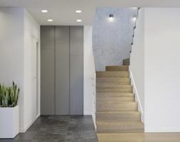Przytulne wnętrze - Średni biały czarny hol / przedpokój, styl nowoczesny - zdjęcie od NUKO STUDIO - Homebook