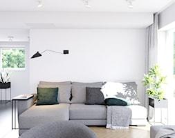 Pomysłowe wnętrze szeregówki - Mały biały salon, styl minimalistyczny - zdjęcie od NUKO STUDIO - Homebook