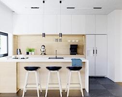 Eleganckie wnętrze - Średnia otwarta biała kuchnia dwurzędowa w aneksie z oknem, styl nowoczesny - zdjęcie od NUKO STUDIO