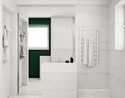 Pomysłowe wnętrze szeregówki - Mała biała łazienka na poddaszu w bloku w domu jednorodzinnym z oknem ... - zdjęcie od NUKO STUDIO - Homebook