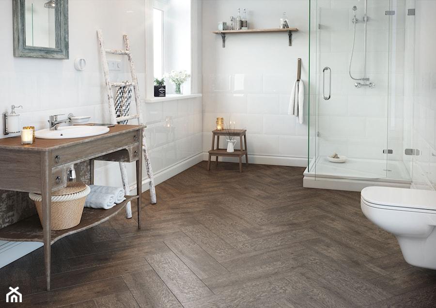 Aranżacje wnętrz - Łazienka: Royalwood - Średnia biała łazienka w bloku w domu jednorodzinnym z oknem, styl vintage - Cersanit. Przeglądaj, dodawaj i zapisuj najlepsze zdjęcia, pomysły i inspiracje designerskie. W bazie mamy już prawie milion fotografii!