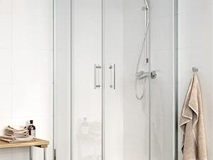 Kabiny prysznicowe - Mała biała łazienka na poddaszu w bloku w domu jednorodzinnym bez okna, styl nowoczesny - zdjęcie od Cersanit