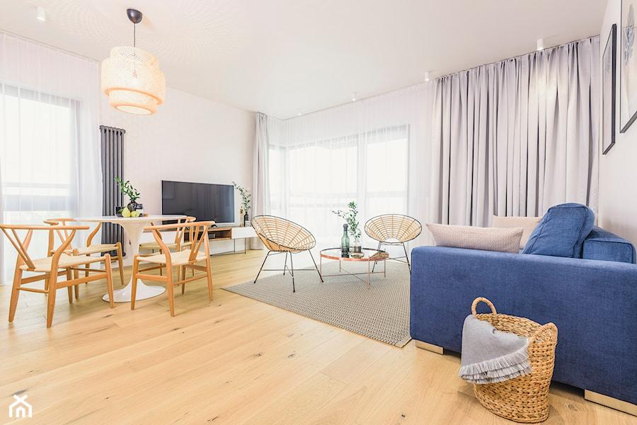 NOVIS APARTMENTS - Duży biały salon z jadalnią z tarasem / balkonem - zdjęcie od Dauksza Foto