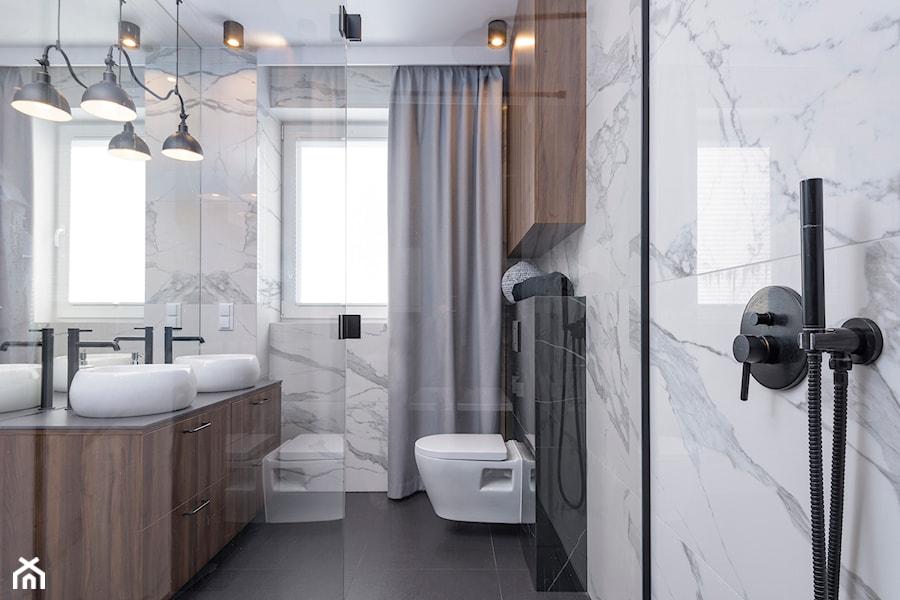 POLISZ DESIGN by KATE&CO - Mała biała łazienka w bloku w domu jednorodzinnym z oknem, styl nowoczesny - zdjęcie od Dauksza Foto