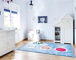 Lekkość Prowansji - Mały biały niebieski pokój dziecka dla chłopca dla malucha - zdjęcie od Dauksza Foto
