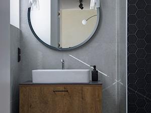 POLISZ DESIGN by KATE&CO - Mała czarna szara łazienka w bloku w domu jednorodzinnym z oknem, styl nowoczesny - zdjęcie od Dauksza Foto