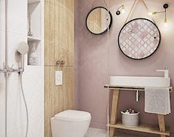 Wrocław - Grabiszynek - Mała biała różowa łazienka na poddaszu w bloku w domu jednorodzinnym bez okna - zdjęcie od razoo-architekci