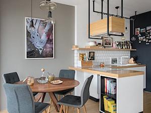 Warszawa - Praga realizacja - Mała otwarta szara jadalnia w kuchni, styl skandynawski - zdjęcie od razoo-architekci