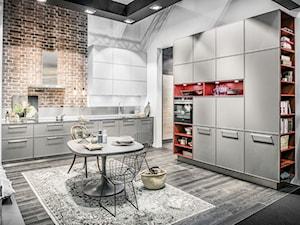 Kuchnie - Duża otwarta biała brązowa kuchnia w kształcie litery l, styl industrialny - zdjęcie od Nolte