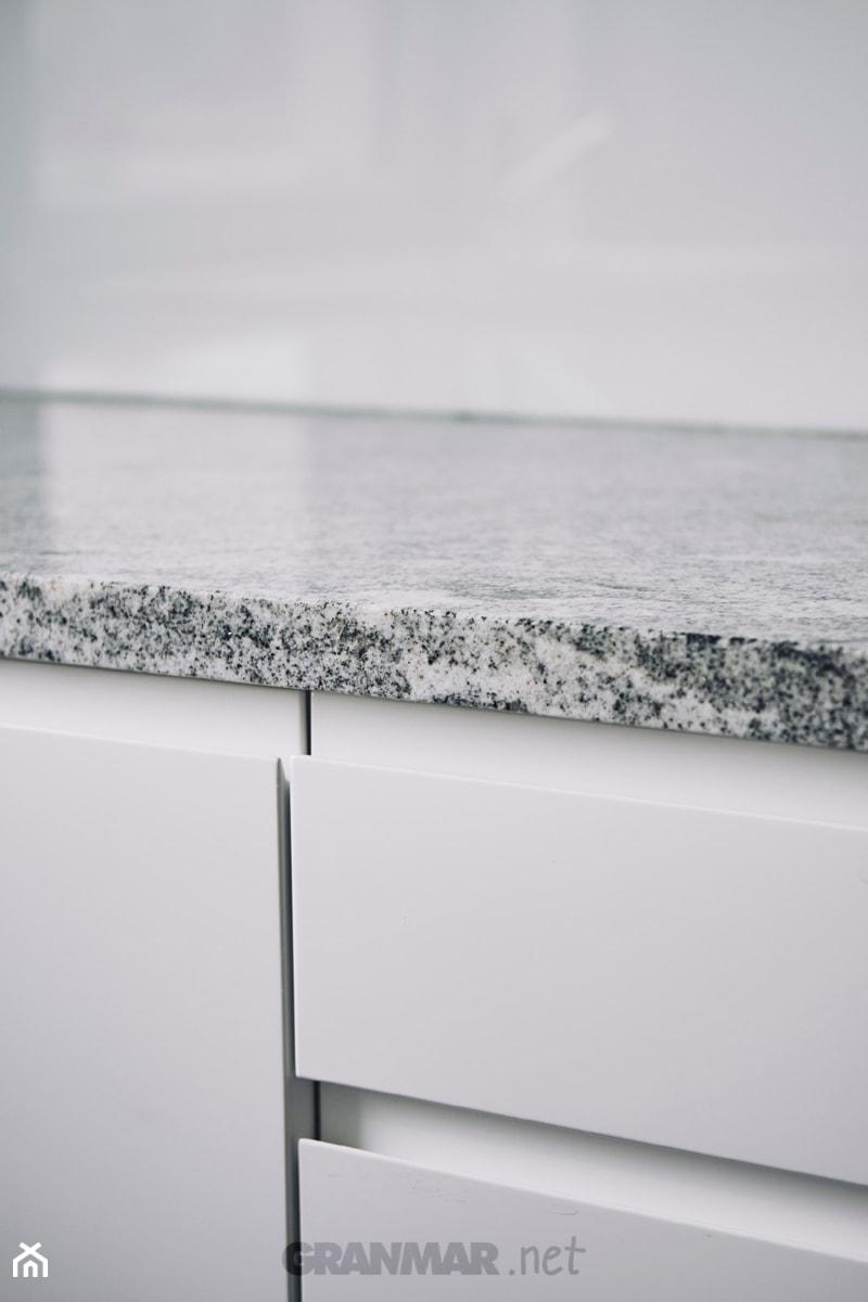Blat kuchenny z naturalnego granitu Wiscount White | Kamieniarstwo Borowa Góra - zdjęcie od GRANMAR.net - Borowa Góra