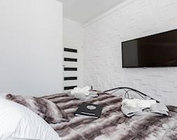 Apartament 41 metrów z przeznaczeniem pod wynajem - Mała biała sypialnia małżeńska, styl minimalistyczny - zdjęcie od Apartments M&M- obsługa i aranżacja nieruchomości