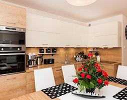 Nowoczesny Apartament dwupoziomowy - Średnia otwarta biała kuchnia w kształcie litery l w aneksie, styl nowoczesny - zdjęcie od Apartments M&M- obsługa i aranżacja nieruchomości