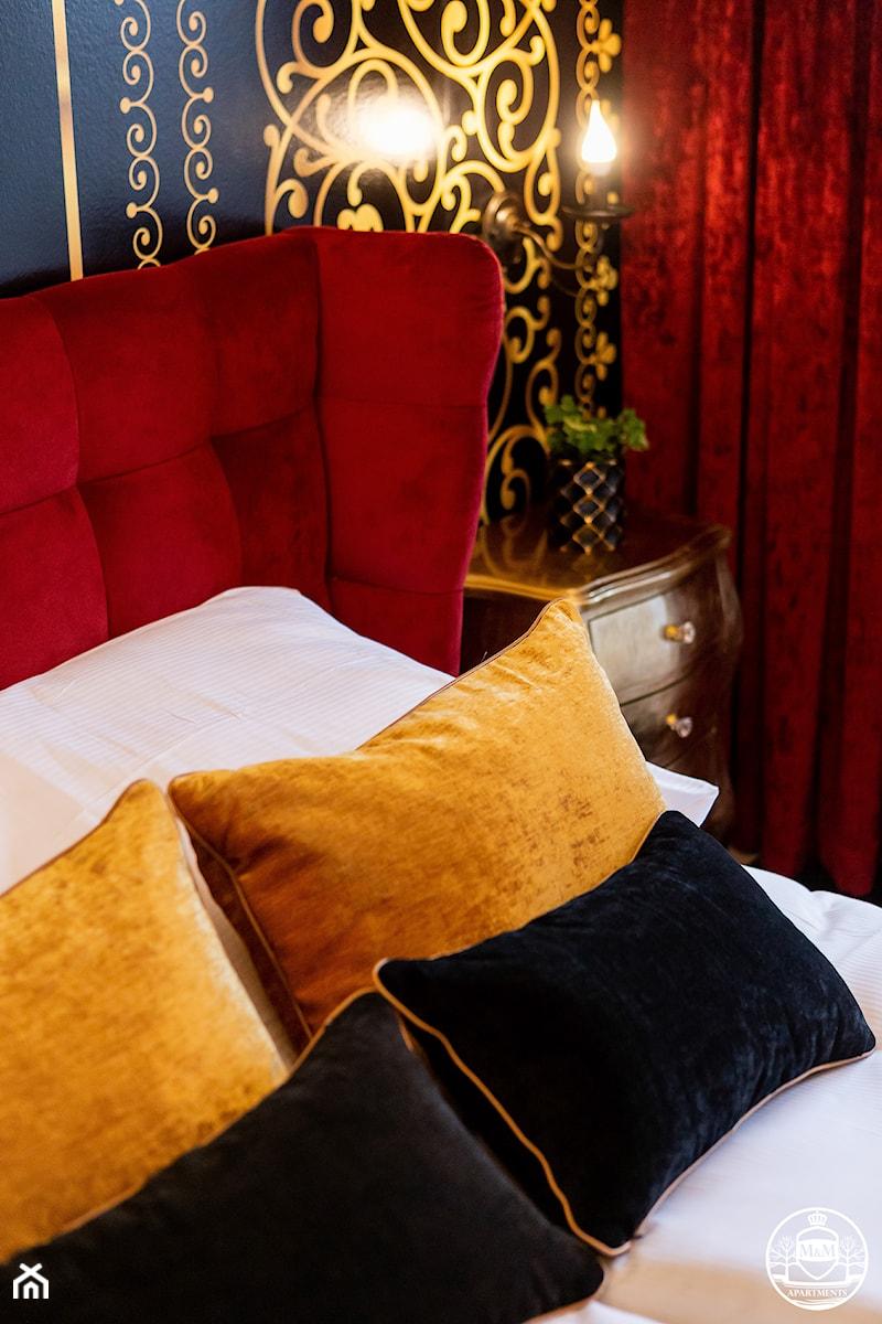 apartament turystyczny - Mała żółta czarna sypialnia małżeńska - zdjęcie od Apartments M&M- obsługa i aranżacja nieruchomości