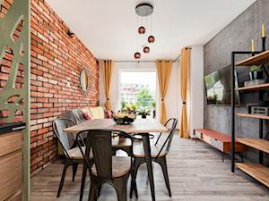 Apartament 41 metrów z przeznaczeniem pod wynajem - Mała brązowa szara jadalnia w salonie, styl industrialny - zdjęcie od Apartments M&M- obsługa i aranżacja nieruchomości
