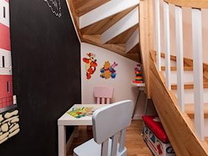 Nowoczesny Apartament dwupoziomowy - Małe wąskie schody wachlarzowe drewniane, styl nowoczesny - zdjęcie od Apartments M&M- obsługa i aranżacja nieruchomości
