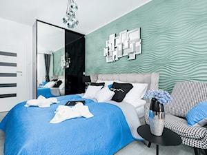 Design - Średnia biała miętowa sypialnia małżeńska - zdjęcie od Apartments M&M- obsługa i aranżacja nieruchomości