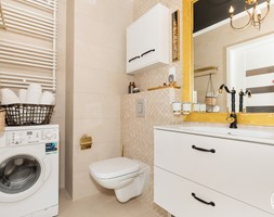 apartament turystyczny - Mała szara łazienka w bloku w domu jednorodzinnym bez okna - zdjęcie od Apartments M&M- obsługa i aranżacja nieruchomości