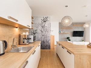 Apartament 85 metrów, dwupoziomowy, nowoczesny - Duża otwarta beżowa kuchnia dwurzędowa w aneksie z wyspą z oknem, styl nowoczesny - zdjęcie od Apartments M&M- obsługa i aranżacja nieruchomości