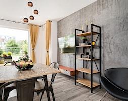 Apartament 41 metrów z przeznaczeniem pod wynajem - Średni szary biały salon z jadalnią z tarasem / balkonem, styl industrialny - zdjęcie od Apartments M&M- obsługa i aranżacja nieruchomości