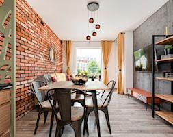 Apartament 41 metrów z przeznaczeniem pod wynajem - Średnia otwarta biała jadalnia w salonie, styl industrialny - zdjęcie od Apartments M&M- obsługa i aranżacja nieruchomości