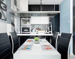 Design - Mała otwarta biała niebieska jadalnia w kuchni - zdjęcie od Apartments M&M- obsługa i aranżacja nieruchomości