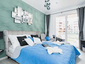 Design - Średnia biała szara miętowa sypialnia małżeńska z balkonem / tarasem - zdjęcie od Apartments M&M- obsługa i aranżacja nieruchomości