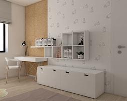 Dom pod Krakowem - Mały biały pomarańczowy pokój dziecka dla chłopca dla dziewczynki dla ucznia dla malucha dla nastolatka, styl skandynawski - zdjęcie od PepeInteriors