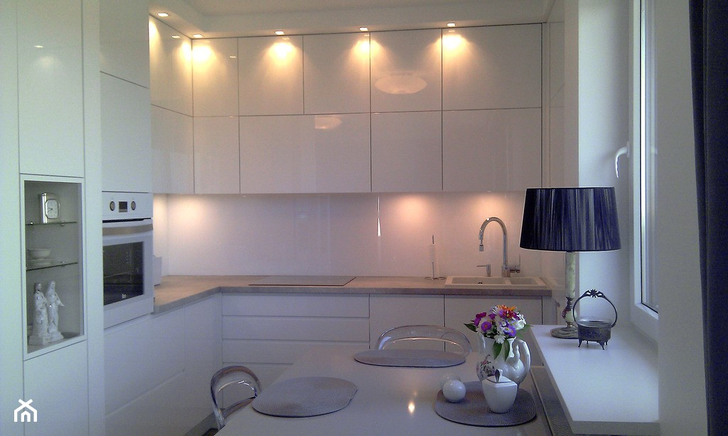 Mała, biała kuchnia z frontami lakierowanymi na MDF - zdjęcie od Meblofaktura Little White House - Anna Wanot - Homebook