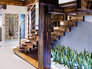 schody w domu z bala - zdjęcie od DESIGN HOUSE