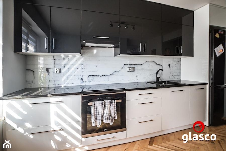 Glasco Liczy się EFEKT - Średnia biała kuchnia jednorzędowa w aneksie z oknem - zdjęcie od Glasco