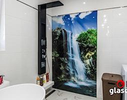 Glasco Liczy się EFEKT - Mała biała łazienka na poddaszu w bloku w domu jednorodzinnym z oknem - zdjęcie od Glasco