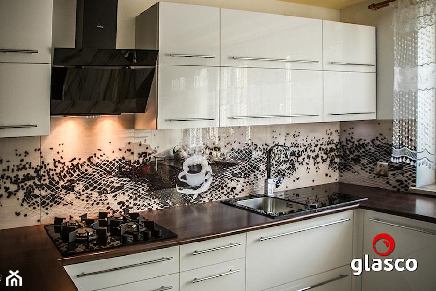 Glasco Liczy się EFEKT - Mała otwarta beżowa kuchnia w kształcie litery u z oknem - zdjęcie od Glasco